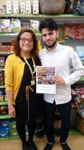 Junto a Dage Loranca, manager de Oxfam Broad Street